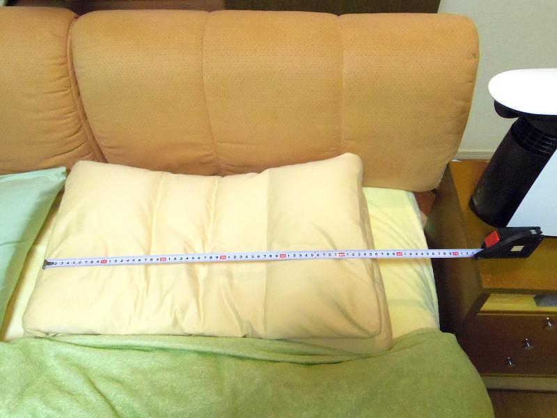 ダブルベッドのため、本体から75cmだとちょうど枕と枕の間がベストポジションになってしまう