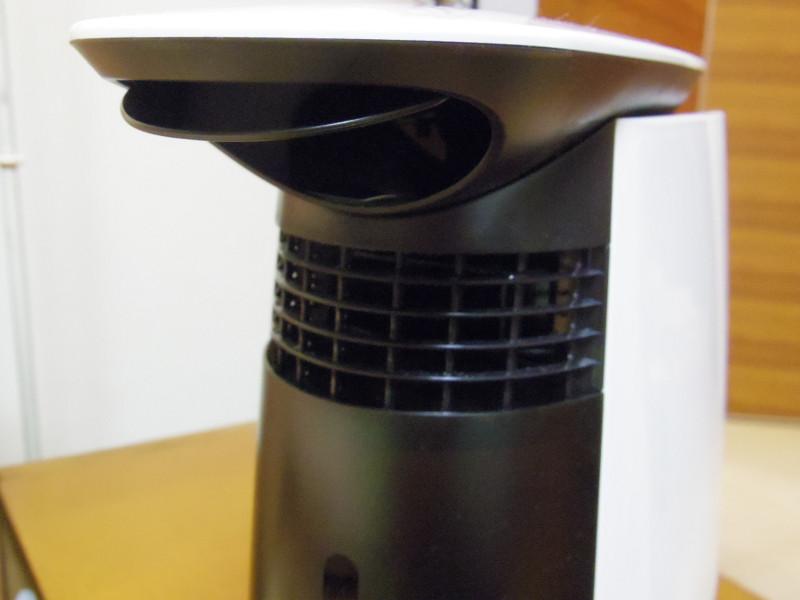 上の穴から風が吹き出し、格子の部分から出る蒸気の上昇を抑える