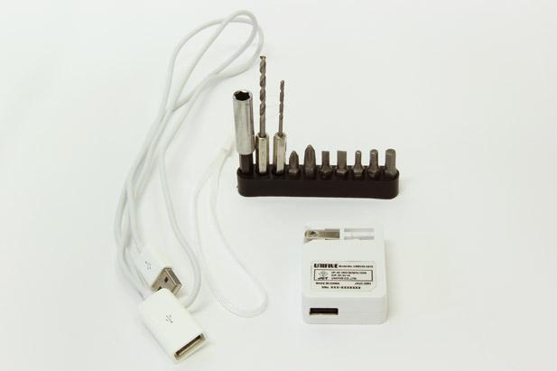 本体付属品。10種類のビットセット、ACアダプター、USBケーブル、ストラップ
