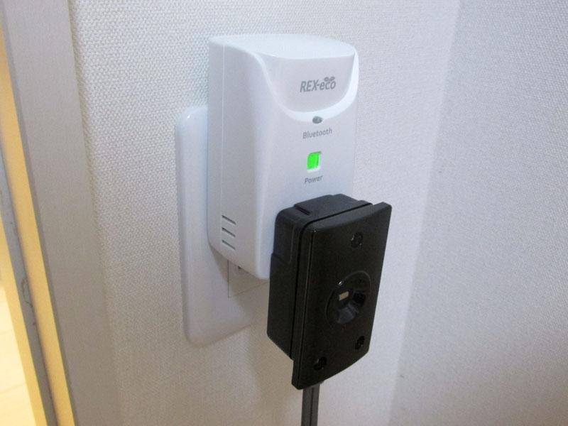 コンセントは単独で使う。写真は消費電力を計測するための器具を取り付けた状態
