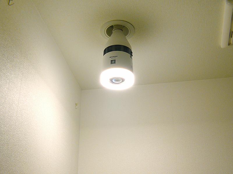 リング状のLEDライトでも、光は天井方向までたっぷり広がる
