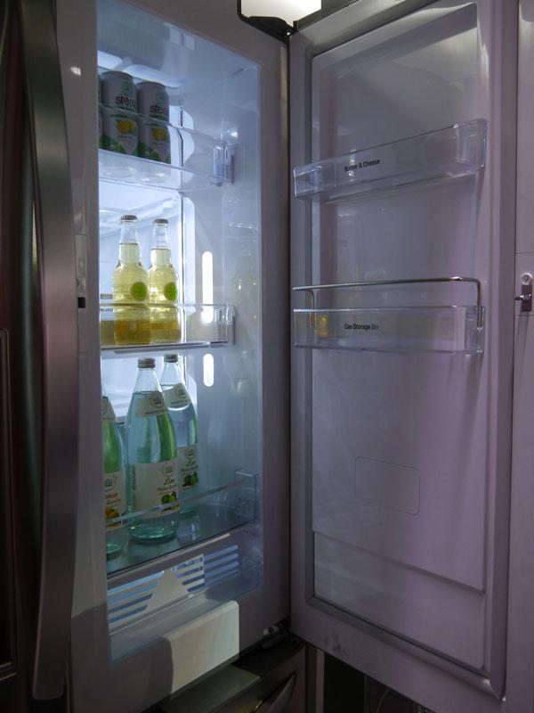 ドア・イン・ドアにより頻繁に取り出す飲み物の部分だけを開閉できる