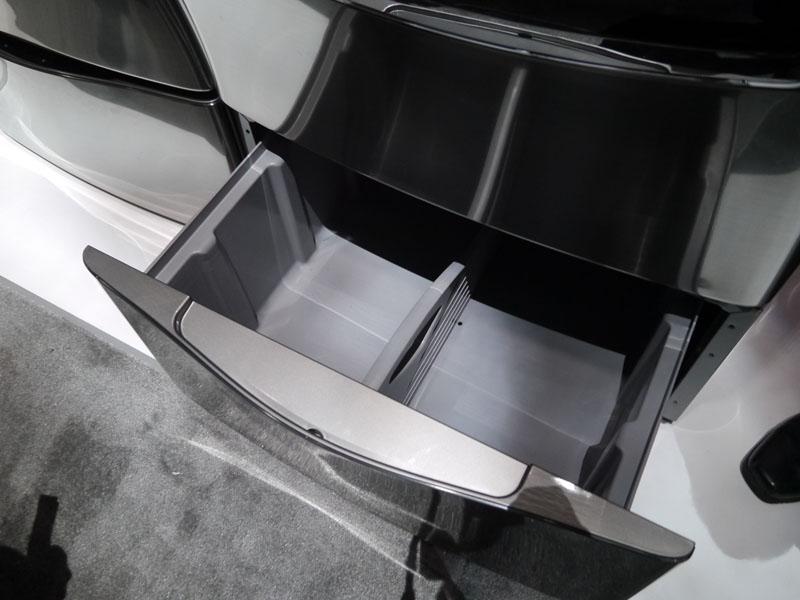 TWIN WASH SYSTEMを搭載していない同デザインの洗濯機は下部が物入れになっている