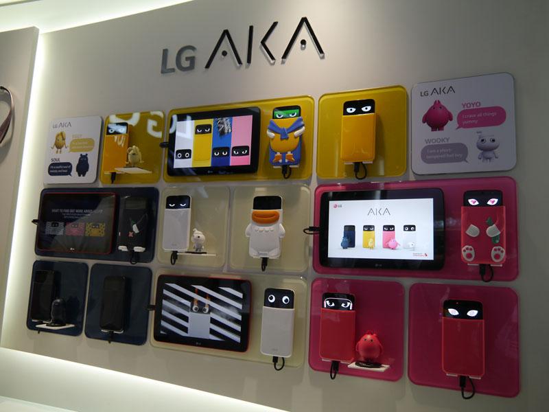 スマートフォンの新たな提案である「AKA」。スマホをキャラクター化した