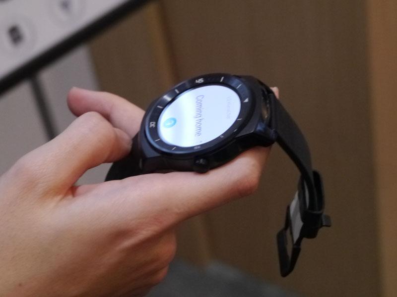 G Watch Rに話しかけるとそれを認識して家電を制御する