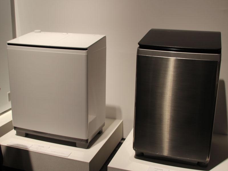 左から二槽式洗濯機、ステンレスを採用した縦型洗濯機