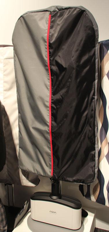 スーツなどについた焼き肉や油、タバコなどのニオイをオゾンで除去する「スーツリフレッシャー」