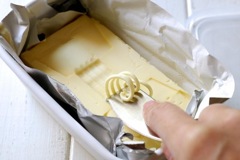 先端をバターに当てて軽く引っ張ると、くるくるカールのバターが作れる。あまり力を入れすぎないこと