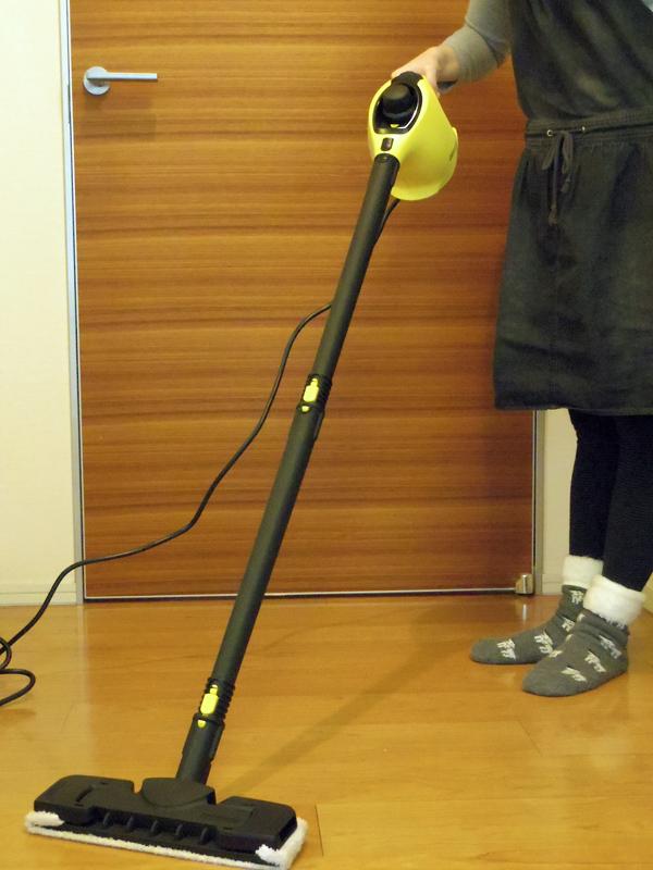 身長158cmの筆者が持つと、パイプ2本でノズルが床にちゃんと接するようにするには腰の高さより上で持つ感じとなり、やや高い