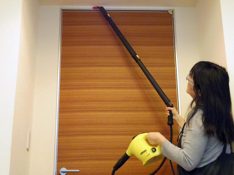 パイプを2本使えば、楽に天井まで届く高さになります(※ドアの上端は約240cm)