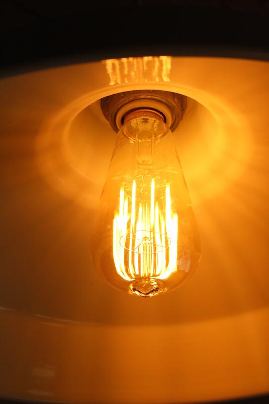 わが家でもっともレトロなシェードに取り付けて点灯。明るさは白熱灯40W相当だが、ガラスが透明なこともあって、それ以上に明るい印象。消費電力は6W