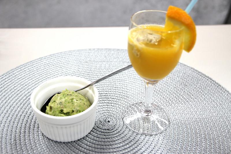 オレンジジュースとバナナフローズンのフルーツフロートも作れる