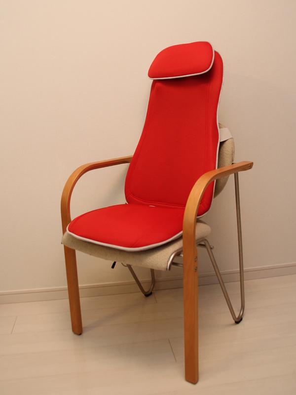 肘置きが付いた違うタイプの椅子にも固定できた。座椅子などにも固定できる