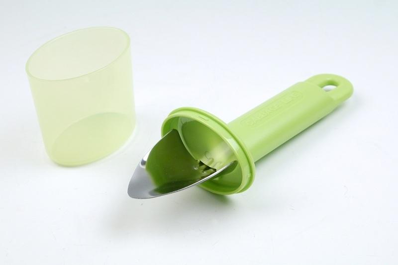先端はスコップのような形状をしている。うっかり手を切るほどの鋭利さはないので安心