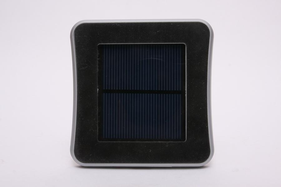 中央が太陽電池パネル。だいたい6cm四方。その周りは、ガラスなどにピッタリ貼り付き、再剥離できる粘着フォームが付いている