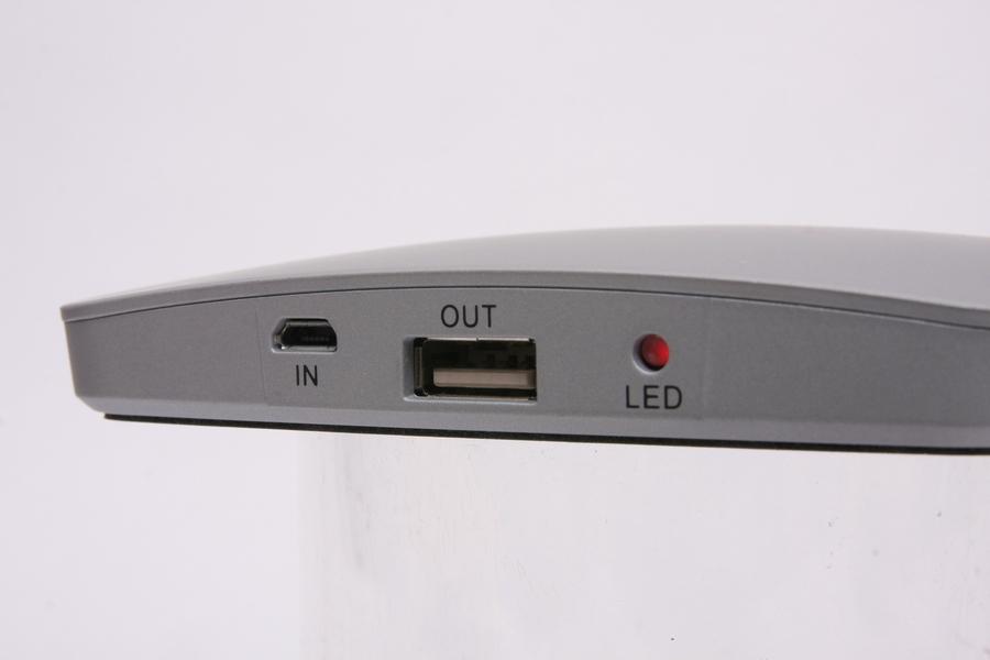 出力と充電用コネクタのみでシンプル。LEDはスマホ充電中は緑に点灯し、電池がなくなったかオートパワーオフになると消灯。充電中は赤になる
