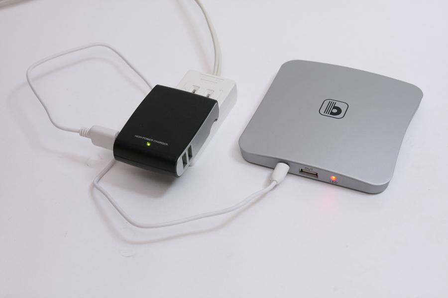 USB-ACアダプターを使ってもフル充電に12時間かかる。充電時間は長めなので注意