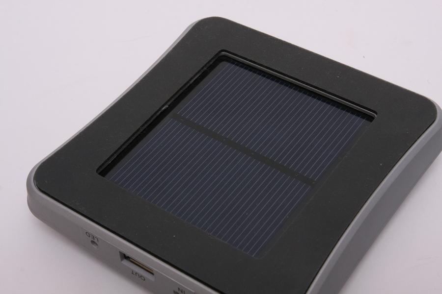 太陽電池でフル充電するには1週間ほどかかる。あくまでもイザというときのため