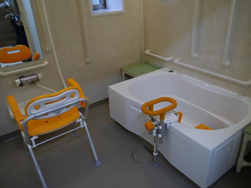 浴室の様子。椅子は入浴時の動作を考慮したシャワーチェア