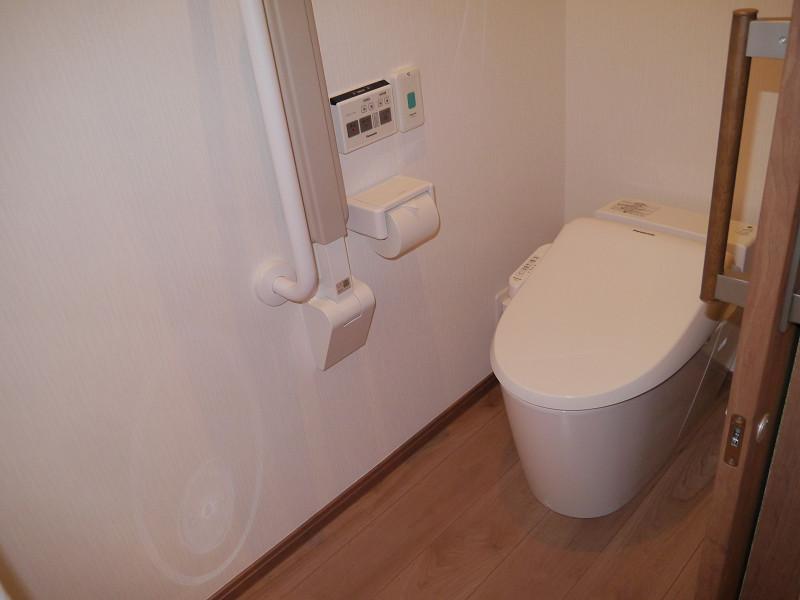 ショートステイ用の部屋にも全自動トイレ「アラウーノ」が完備されている