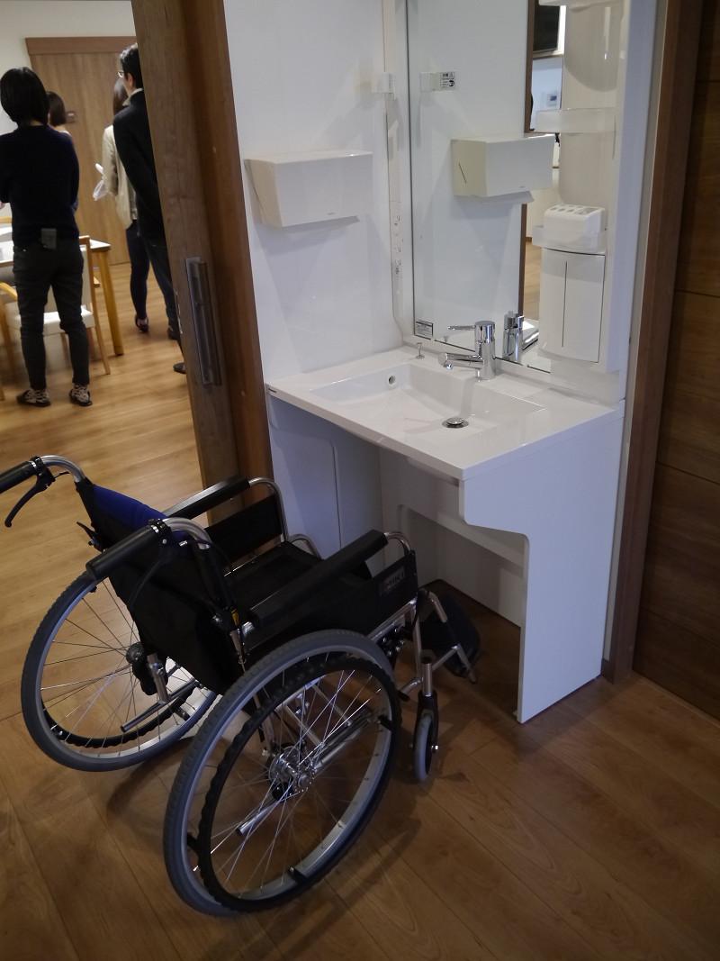 車椅子でも使いやすい「アクアハート洗面」