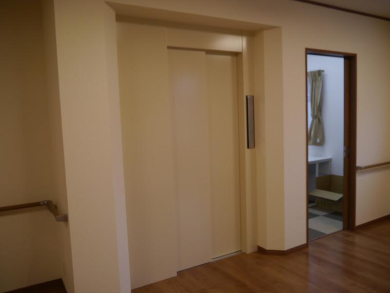 2階建てとなっており、エレベータを完備