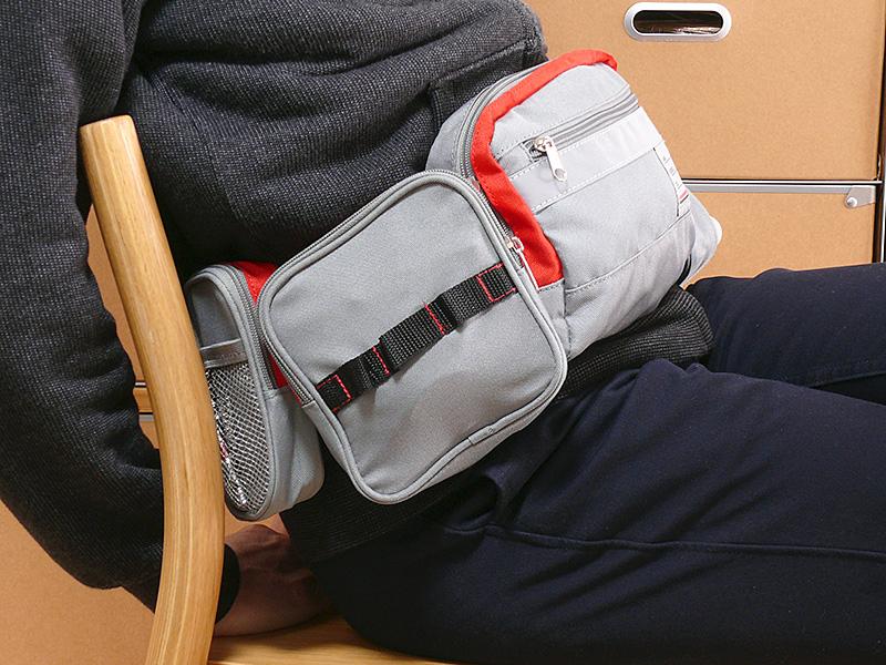 座ってもバッグは邪魔にならない。常に身につけておける