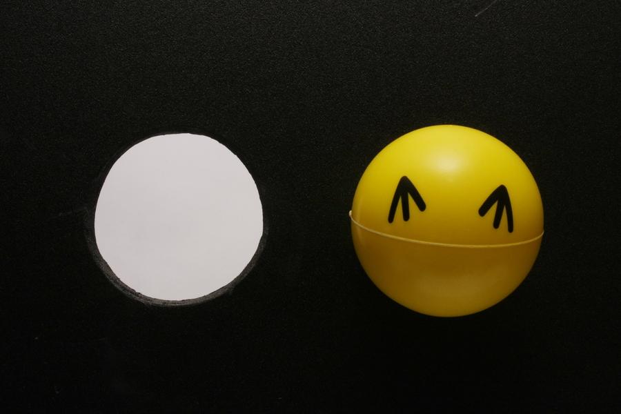 ボール(空気中の微粒子)と同じ大きさの穴(フィルター)を開けた板。板を垂直に立てると、ボールはすんなり穴を抜けてしまう