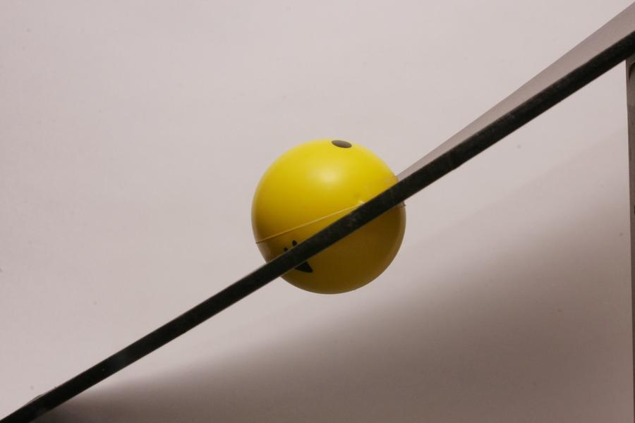勢いのあるボールは、穴のフチにぶつかって通り抜けられない。穴もボールの大きさもまったく変わらないが、傾きをつけるとより小さなものも捕獲できる
