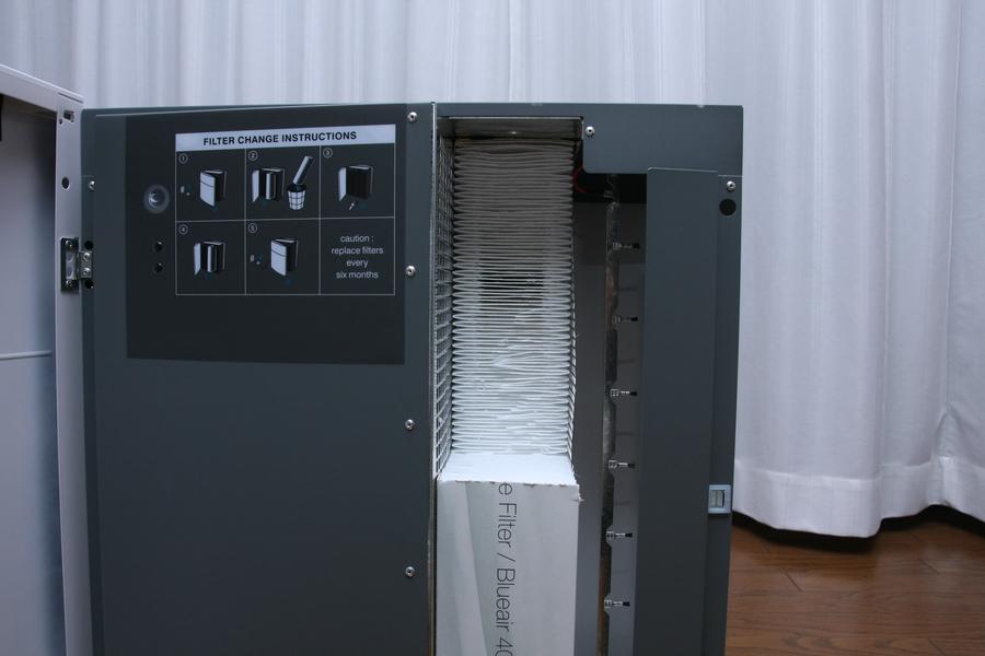 フィルターは、粒子の流れとほぼ平行になるほど傾けられているので、0.1μmの粒子でも99.97%キャッチできる。しかも空気の流れを阻害しない、17mもあるフィルターだ