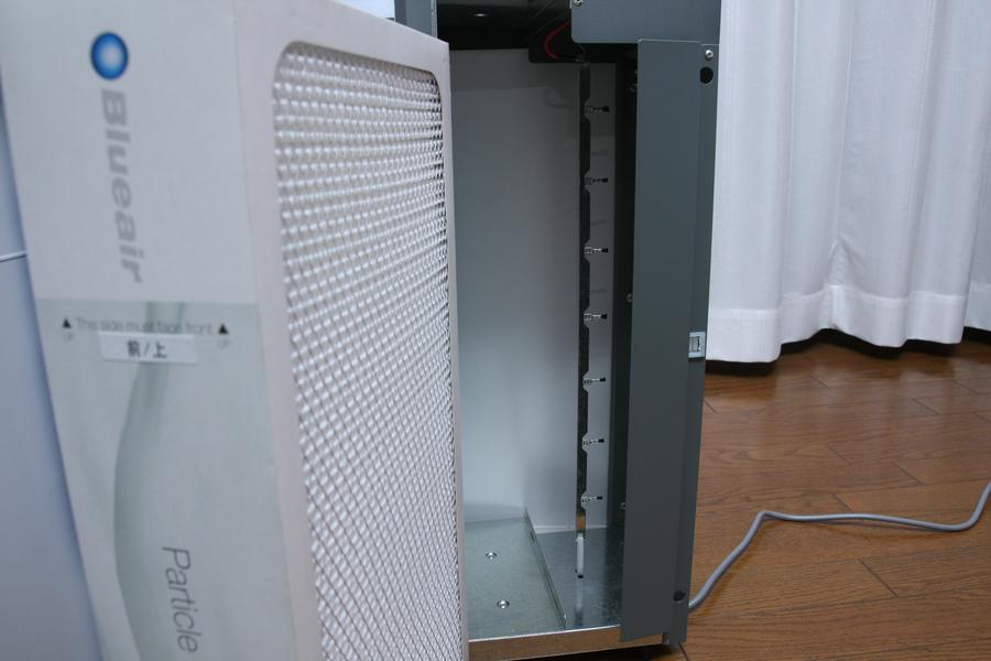 右側が空気取り入れ口。矢印部分がイオナイザーで、粒子にマイナスの電気を帯びさせる