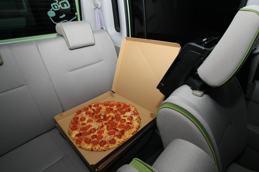 焼きたてのピザを車内に持ち込んでオープン!