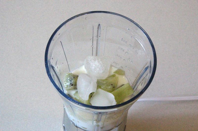 氷は液体を入れてから投入