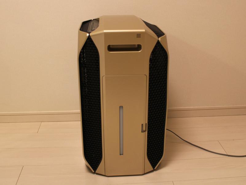 本体側面。前面に4つの吸い込み口、背面に3つの排気口が備えられている