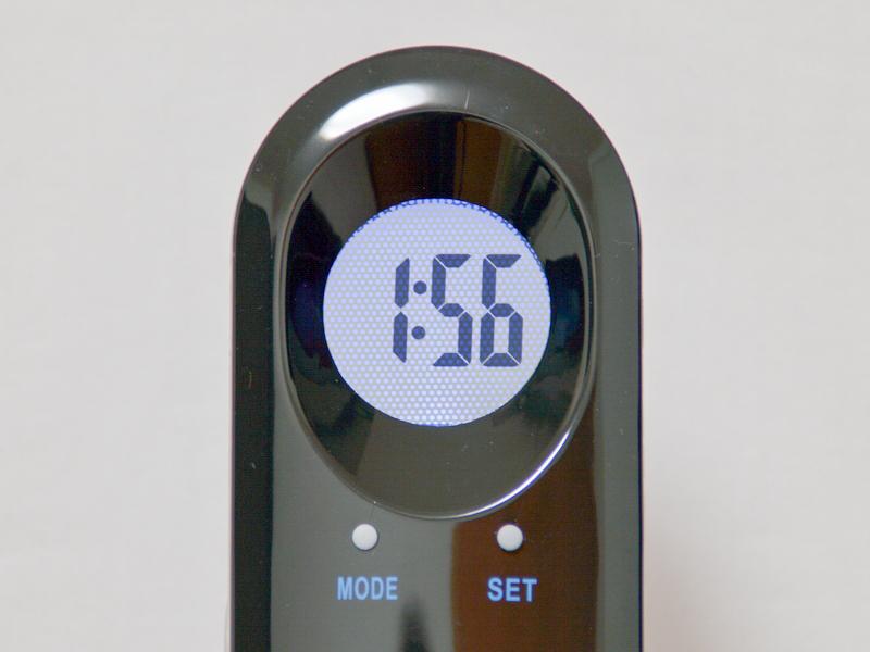 液晶時計。バックライトのおかげで、暗くても時間がわかる