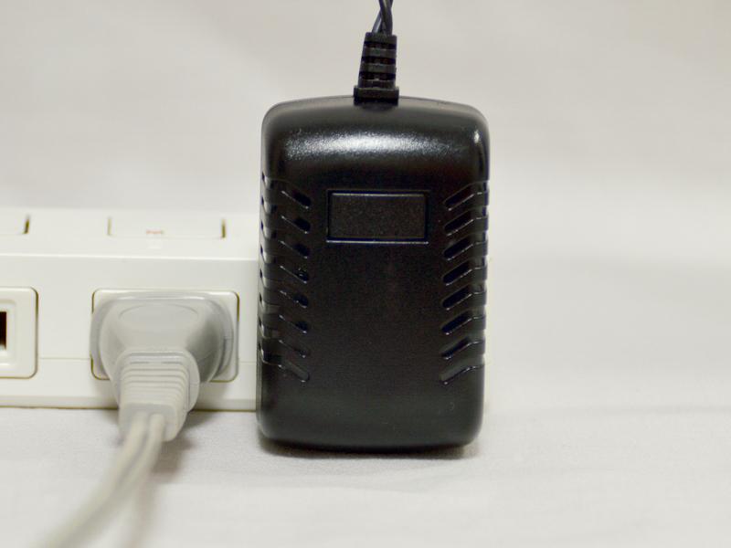 ACアダプターはコンパクト。電源タップに差し込んでも、一般的なサイズの電源プラグなら、邪魔にならない
