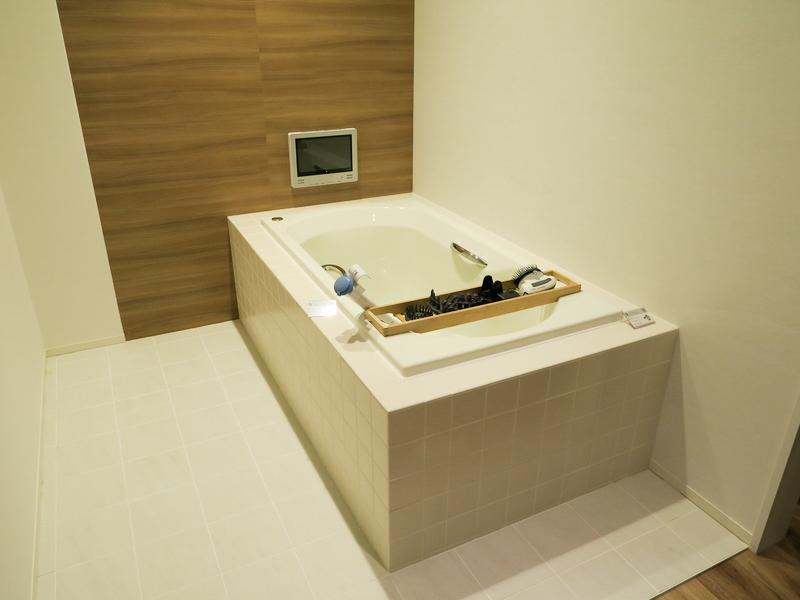 リビングやキッチンなどを模したエリアに同社の製品を展示し、各製品の魅力をアピールする
