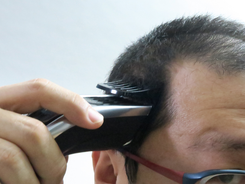 頭髪にセットしてスイッチをオン。バリバリと刈っていく。このあたりは気持ちよく刈れた。毛量が少ないため、ターボモードは確認できず……