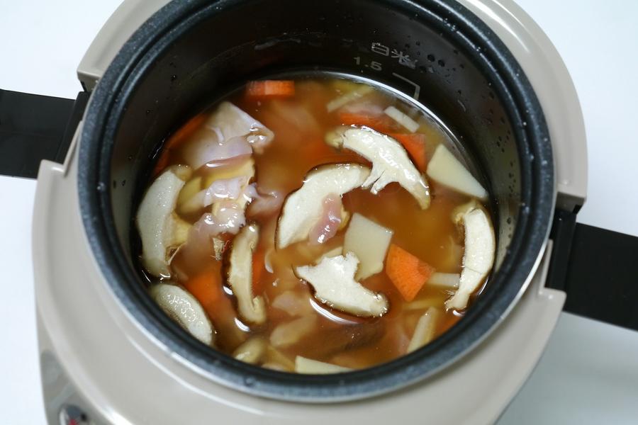 1合分のお米に余った野菜や肉の切れ端を入れて炊いてみた
