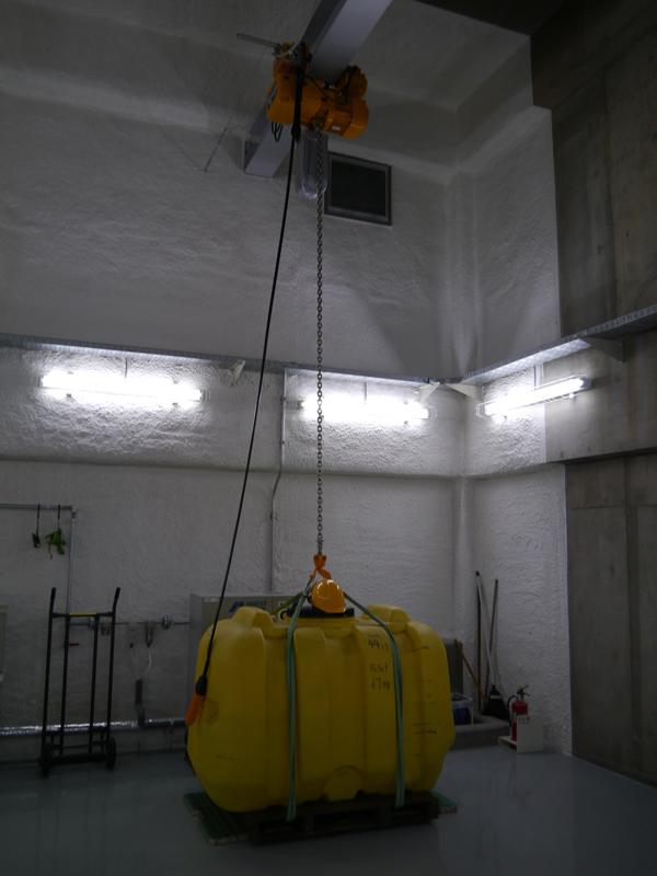 水が入った重たいタンクを冷蔵庫の上に載せた実験も行なう