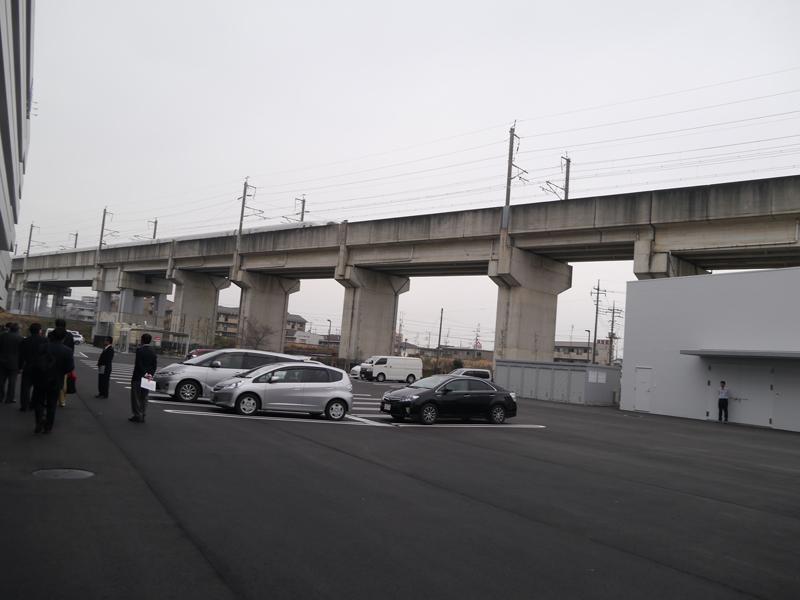 すぐ横の高架は新幹線の線路。かつては畑だった場所だという