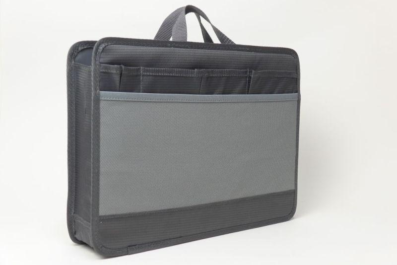 裏面には、小さなマチ付きポケットが3つと、ペン用ポケット、それに伸びるポケットなど収納部が豊富