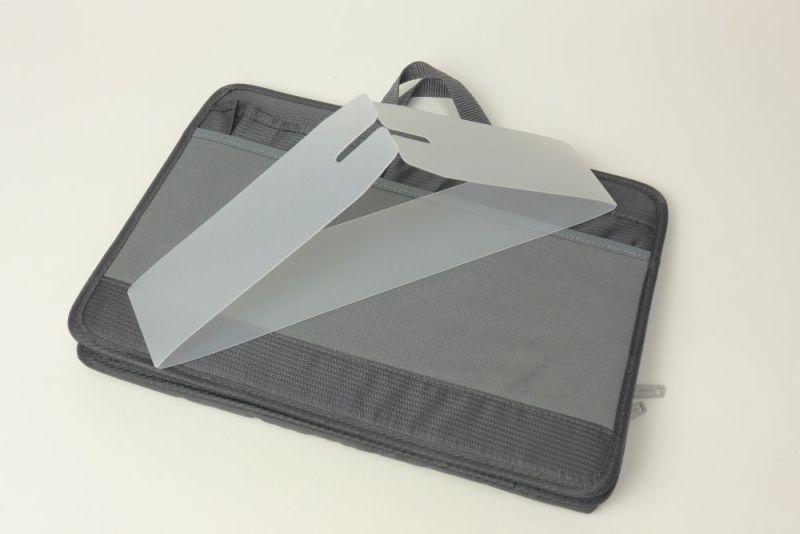 付属の底板をバッグの底にはめると、バッグが自立できる。マチは10cmほど