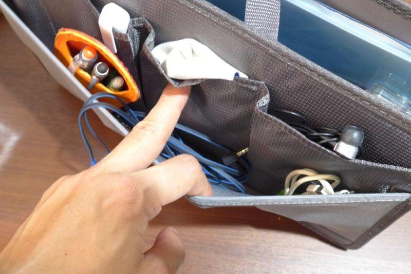 裏面にはイヤホンやiPhoneケーブル、マイクイヤホンなど使用頻度の高いケーブル類と、ペン類を配置することにした