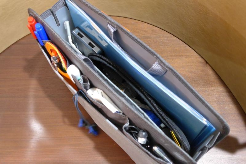 メインポケットには、A4サイズの紙資料や大きめのモバイルバッテリーなど、かさばる物と使用頻度が低いものを入れた