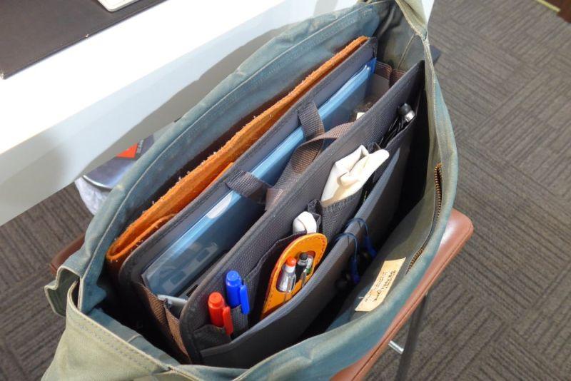 インナーバッグごと現在使っているショルダーバッグに入れてみる。ゴミ箱状態だったバッグの中が、一気にスッキリした