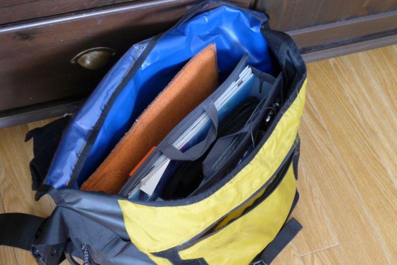 大きめメッセンジャーバッグにも余裕で入った。メインポケットがぐちゃぐちゃになりやすいバッグだったので、整理されてうれしい