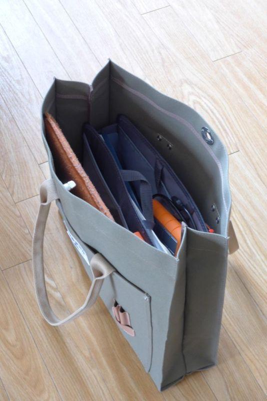 たまに使うトートバッグに入れてみた。入ったことは入ったが、底が深いので、物を取り出しにくい。また、パソコンを入れると窮屈な感じに
