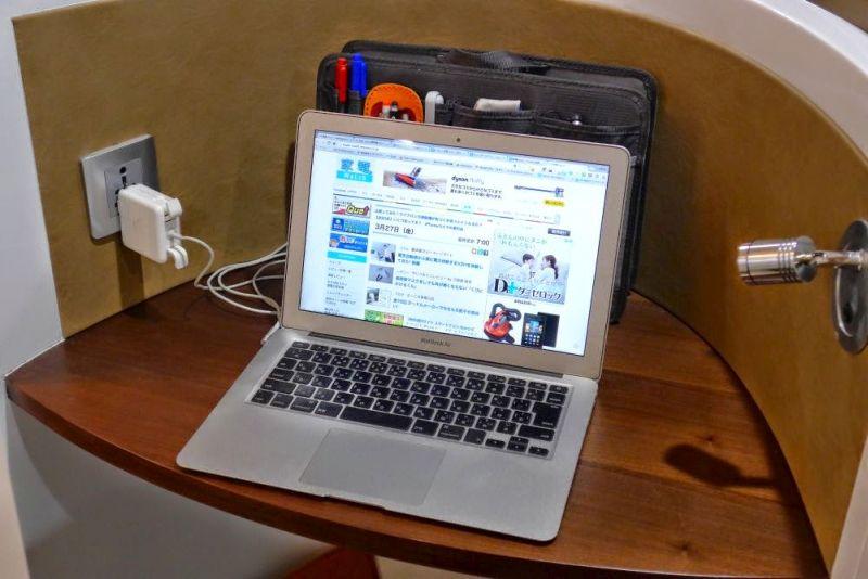 スペースが狭い場所でも自立するので、パソコンの後ろや横に置いておいても邪魔にならない
