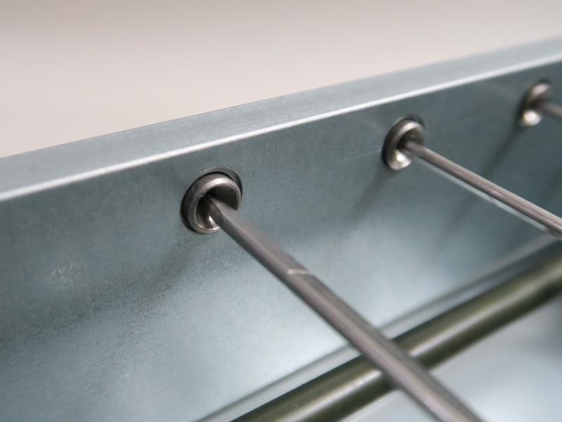 金串を受ける奧の穴は四角形になっており、金串と角が噛むことで回転する